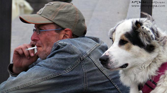 개와 담배피는 남자