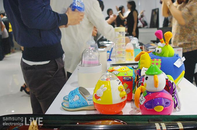 장난감과 아기 용품이 진열된 모습