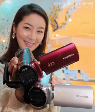 삼성 캠코더를 들고 있는 모델