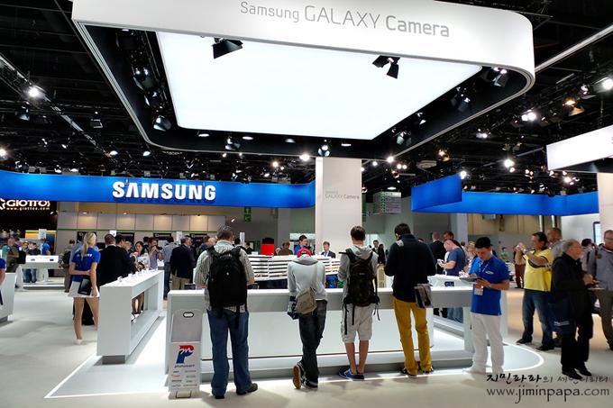 삼성 카메라를 체험하는 사람들