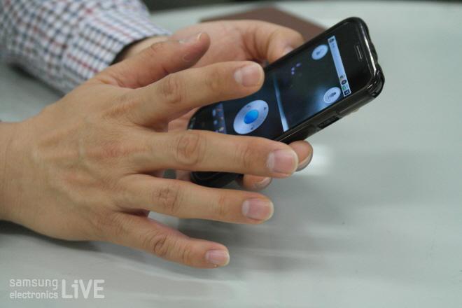 스마트폰으로 조종을 하는 모습