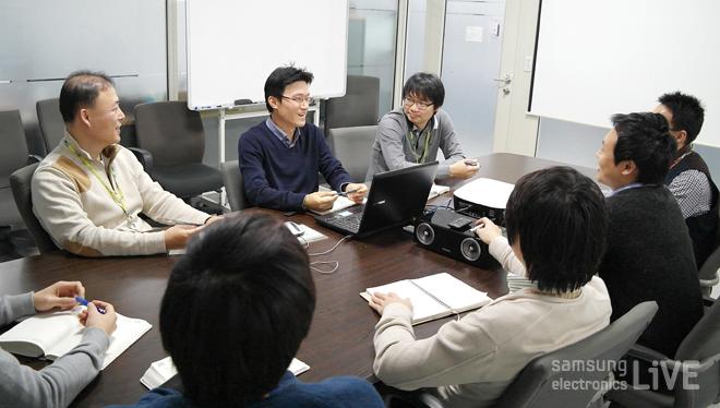 개발자들이 회의하는 모습