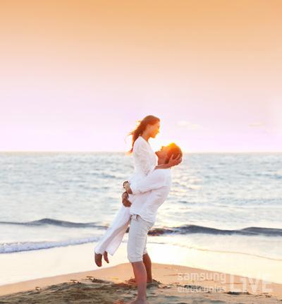바닷가에서 포옹을 하고 있는 남녀