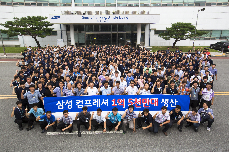 삼성전자 광주사업장 임직원들이 냉장고 컴프레셔 1억5천만대 생산 돌파를 축하하고 있는 모습입니다.