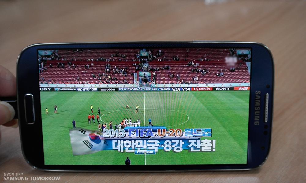 갤럭시 S4 LTE-A 이미지온 기능으로 영상을 시청하고 있는 모습입니다.