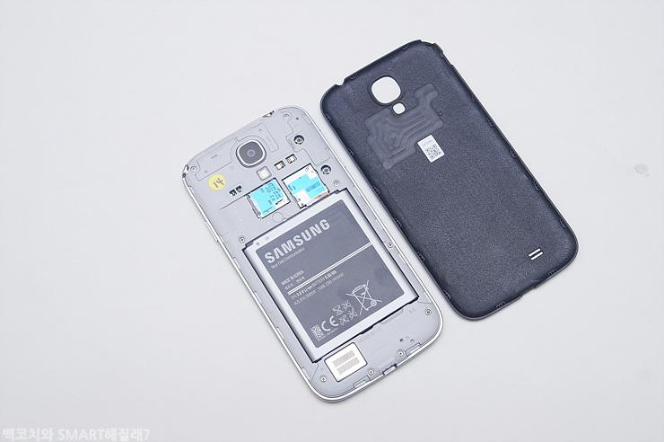 갤럭시 S4 LTE-A의 배터리 커버를 벗긴 모습입니다.