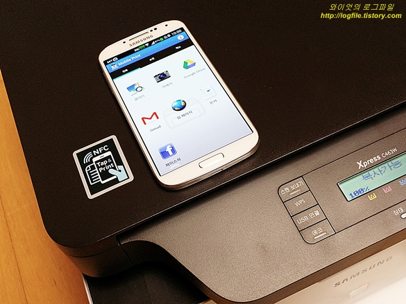 NFC 태깅 마크와 스마트폰의 모바일 프린트 앱입니다.