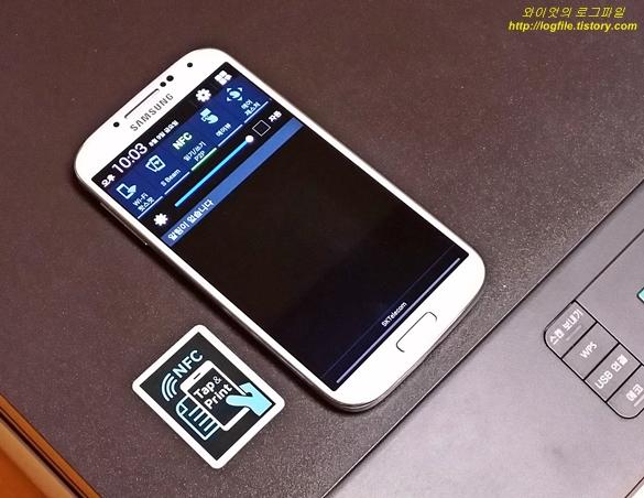 NFC 태깅 로고와 스마트폰입니다.