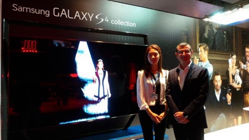 삼성글로벌스토리텔러와 Francisco hortiguela martos가 삼성 스마트TV 앞에서 사진을 찍었습니다.