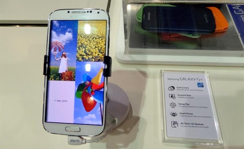 패션 위크 마드리드에 있는 삼성부스에 갤럭시 S4입니다.