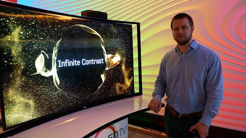 현지 기자 Eric VAN Bakeqok씨와 삼성 OLED TV입니다.