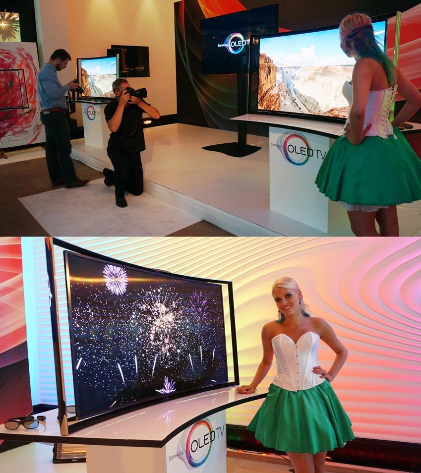 모델과 함께 삼성 OLED TV를 촬영하는 현지 기자입니다.