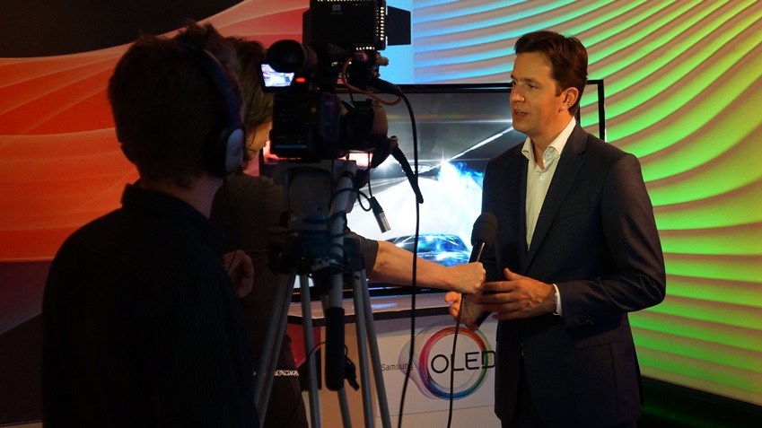SEBN 사내 채널에 방영될 영상을 촬영 중인 Senior Product Manager TV, Tonnie van Schijndel입니다.
