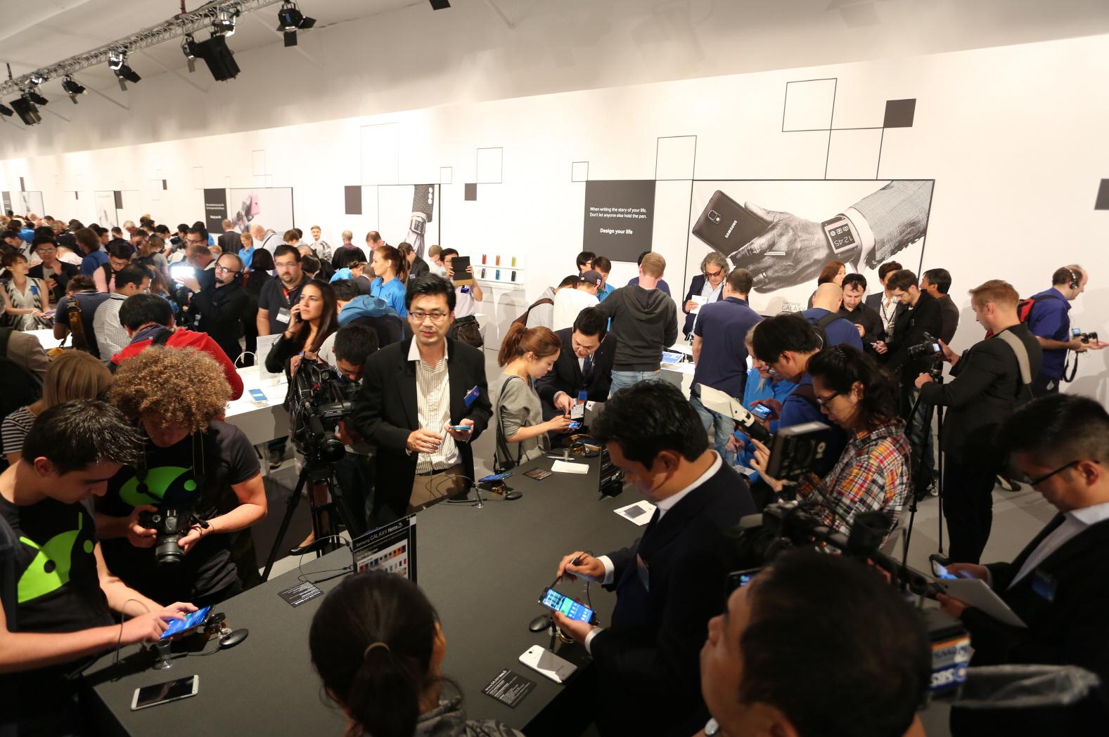 삼성전자는 4일(현지시간) 독일 베를린에서 'IFA 2013' 전시회 개막에 앞서 '삼성 모바일 언팩' 행사를 갖고, '갤럭시 노트 3'와 '2014년형 갤럭시 노트 10.1', 새로운 트렌드를 주도할 '갤럭시 기어'를 공개했습니다. 사진은 행사가 열린  베를린 텐포드롬에서 행사에 참석한 미디어와 파트너들이 제품을 체험하는 모습입니다.