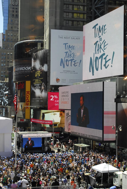 삼성전자는 미국 현지시간 4일 뉴욕 타임스퀘어에서 독일 베를린에서 진행된 '삼성 모바일 언팩' 행사를  실시간으로 중계하고, 미국 소비자들이 '갤럭시 노트 3', '갤럭시 기어', '2014년형 갤럭시 노트 10.1' 등 이 날  공개된 신제품을 직접 체험할 수 있는 행사를 개최했습니다.