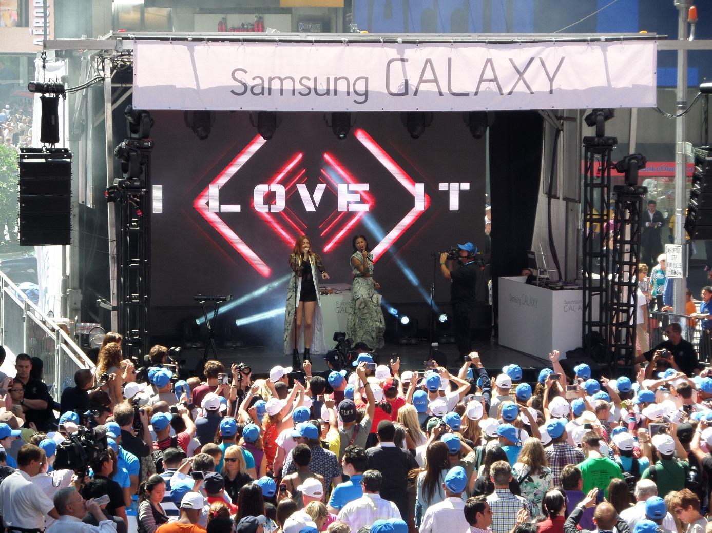삼성 언팩 뉴욕 생중계 현장에서 아이코나팝이 공연을 하고 있습니다.