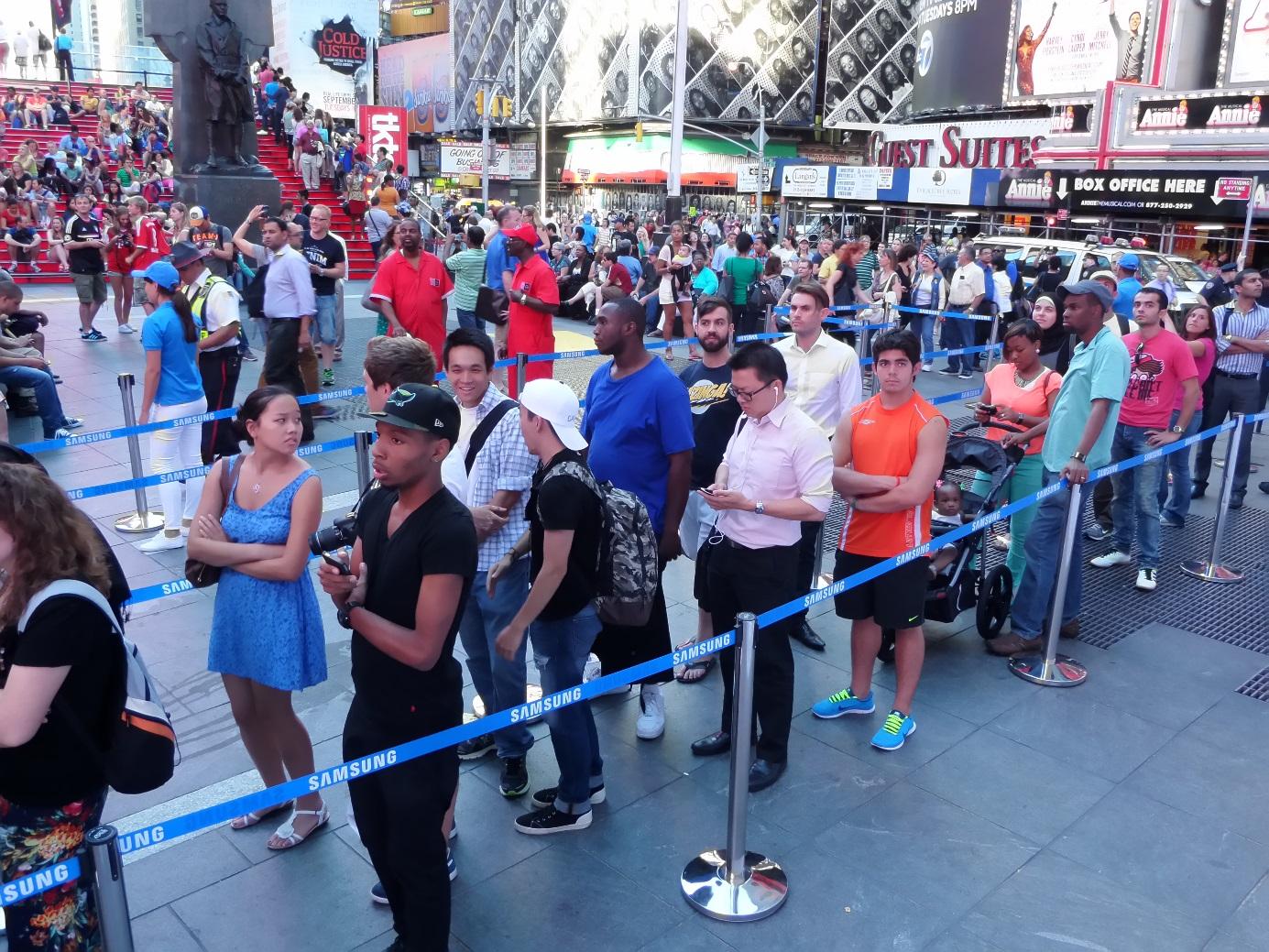 삼성 언팩 행사후 제품을 체험하기 위해 사람들이 갤럭시 스튜디오에 줄을 서 있습니다.