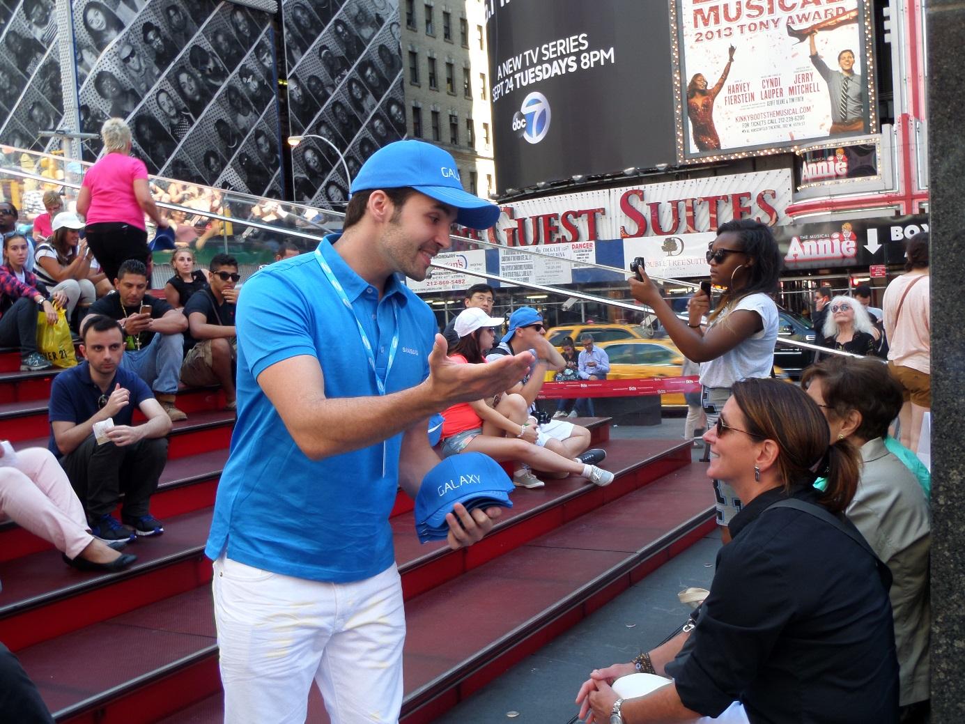 삼성 언팩 뉴욕 생중계 현장에서 진행요원이 모자를 나눠누고 있습니다.