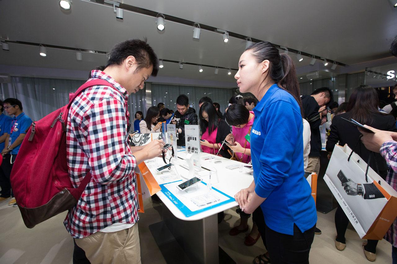 행사장에서 제품을 체험하고 있는 참가자들의 모습.