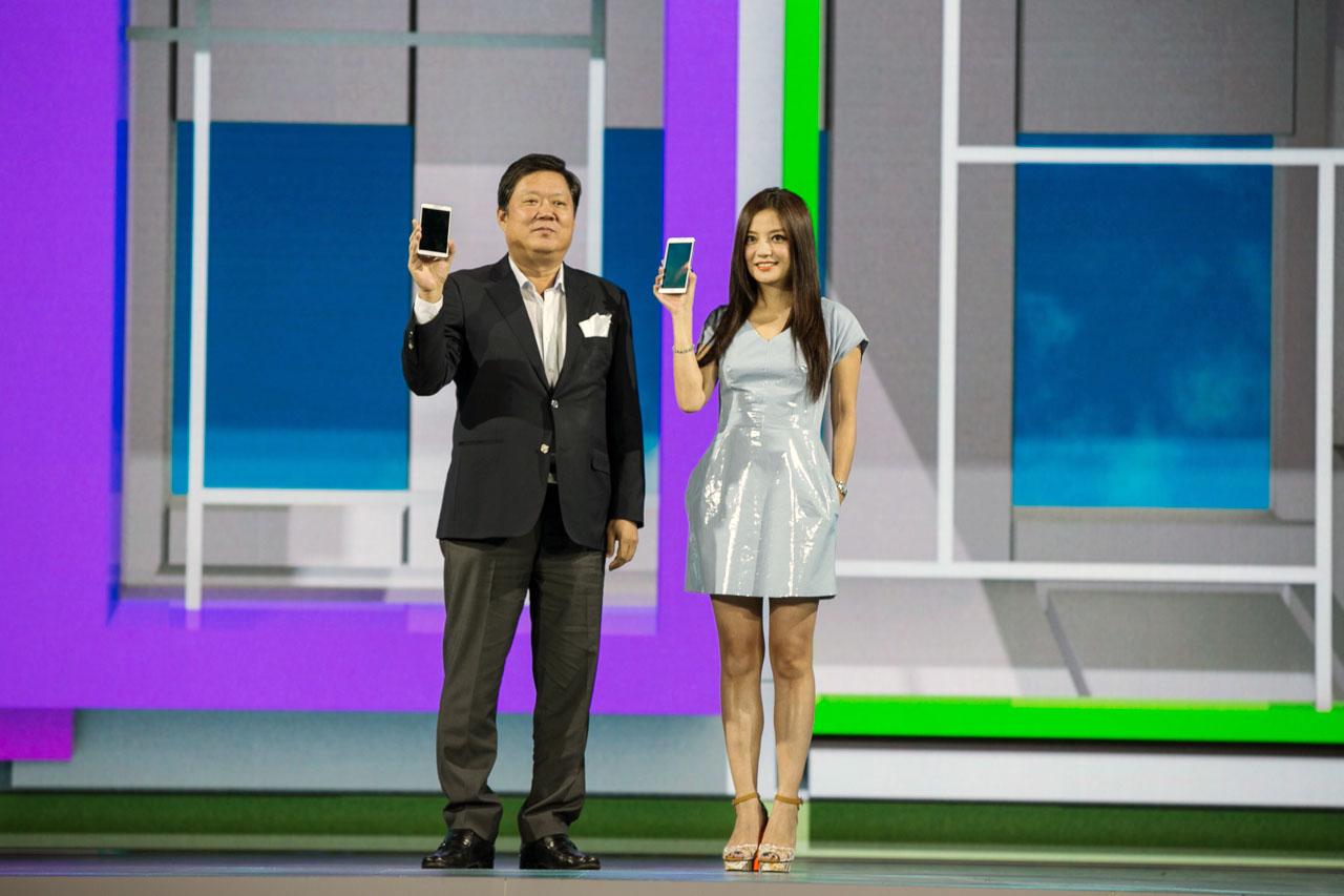 삼성전자 중국총괄 박재순 부사장과 중국 현지 갤럭시 노트 3 홍보 대사인 배우 자오웨이가 갤럭시 노트 3을   무대에서 선보이고 있다.