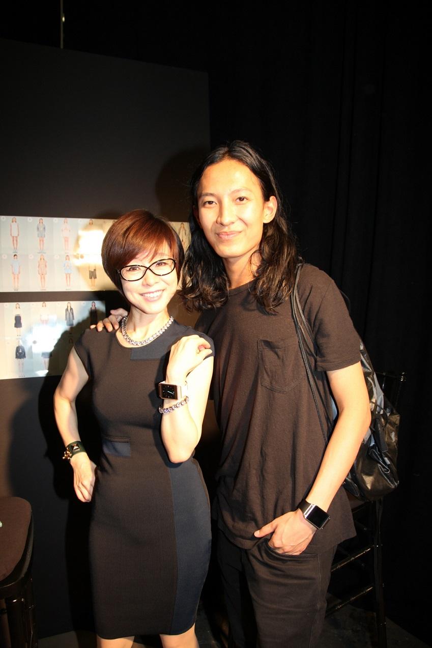삼성전자 무선사업부 마케팅담당 이영희 부사장(왼쪽)과 세계적 디자이너 알렉산더 왕의 모습입니다.