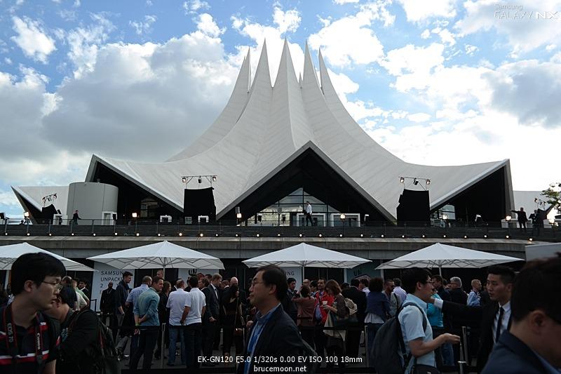 독일 베를린에서 열리는 삼성 언팩 공연장의 전경입니다.