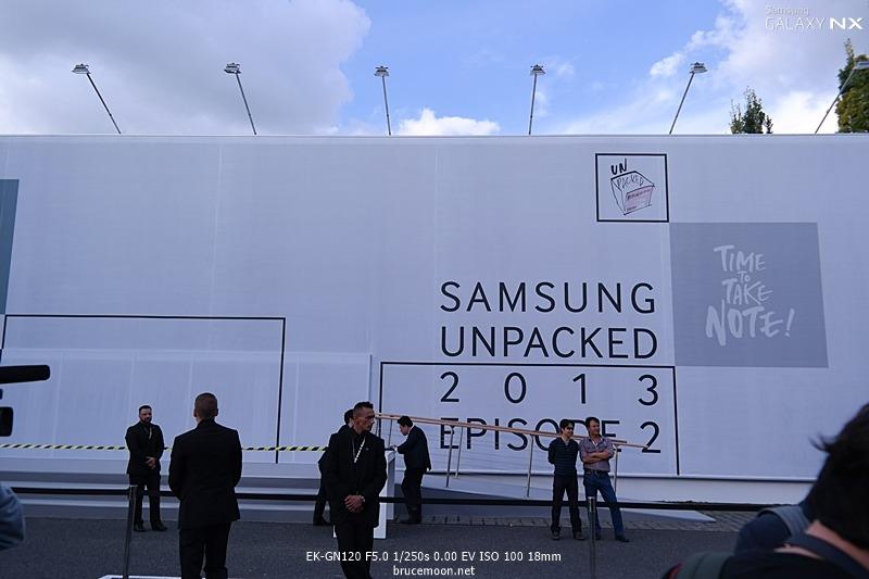 삼성 언팩 행사를 알리는 옥외 광고판입니다.