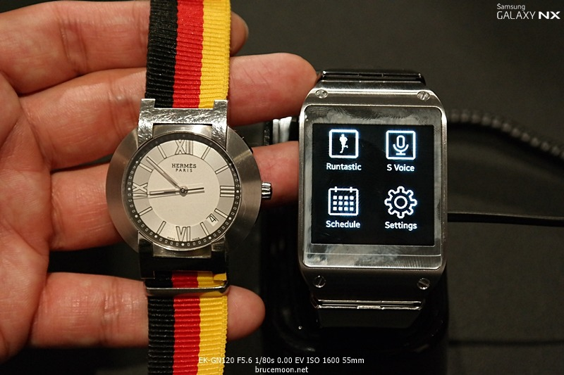 갤럭시 기어와 일반 남자 시계 크기를 비교한 이미지입니다.