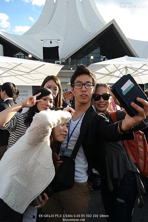 삼성 언팩에서 사진을 찍는 삼성스토리텔러분들 이미지입니다.
