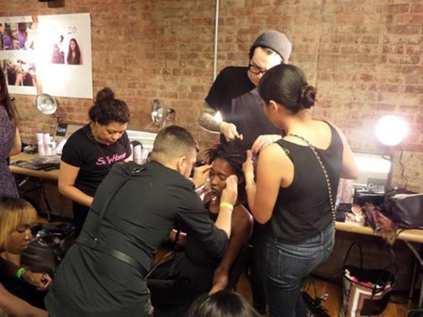 뉴욕패션위크에서 패션쇼를 준비하는 백스테이지의 모습입니다.