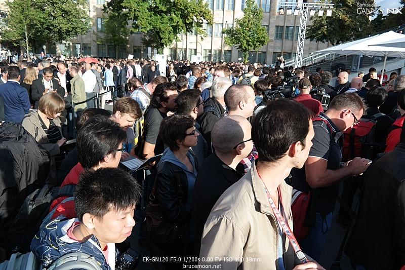 삼성 모바일 언팩 행사를 찾은 사람들로 인산인해를 이룬 모습입니다.