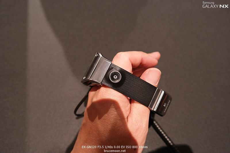 갤럭시 기어 스트랩에 달린 카메라 이미지입니다.