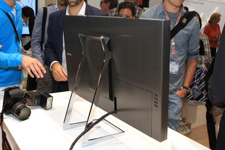 삼성 UHD 모니터의 후면 디자인입니다.