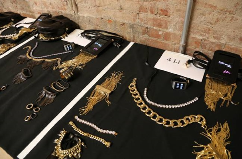 뉴욕패션위크 팰론 패션쇼에 준비되어 있는 악세서리입니다.