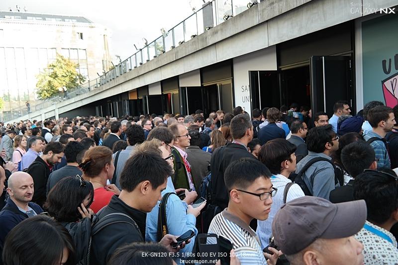 삼성 모바일 언팩 행사에 참가하는 관객들이 입장을 기다리고 있습니다.