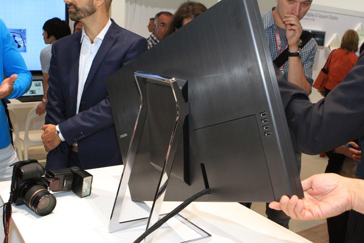 삼성 UHD 모니터를 틸트하고 있는 모습입니다.