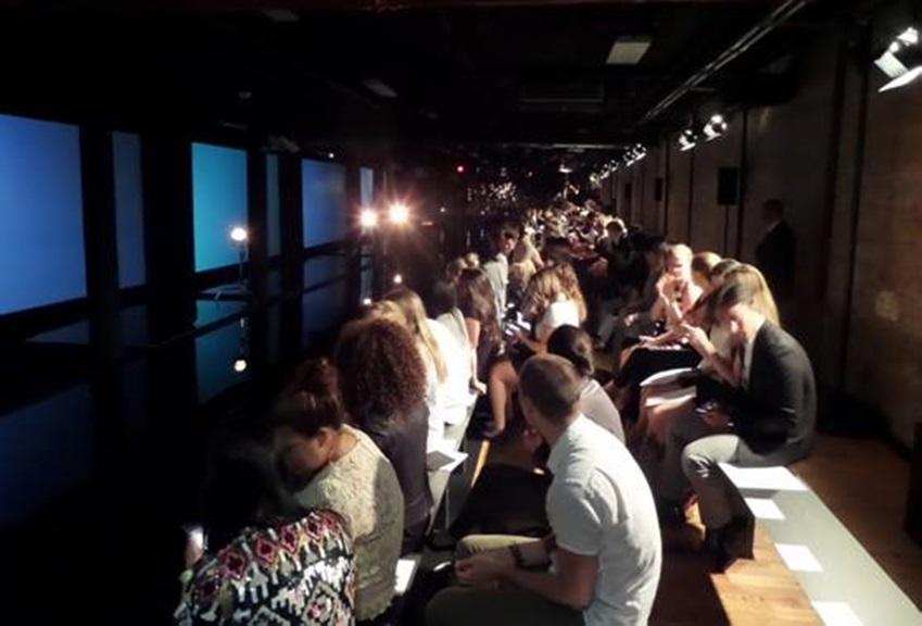 뉴욕패션위크에서 패션쇼를 보기 위해 앉아있는 관객들입니다.