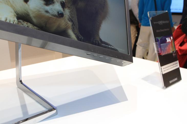 삼성 UHD 모니터 우측 하단에 있는 조작 단추 이미지입니다.