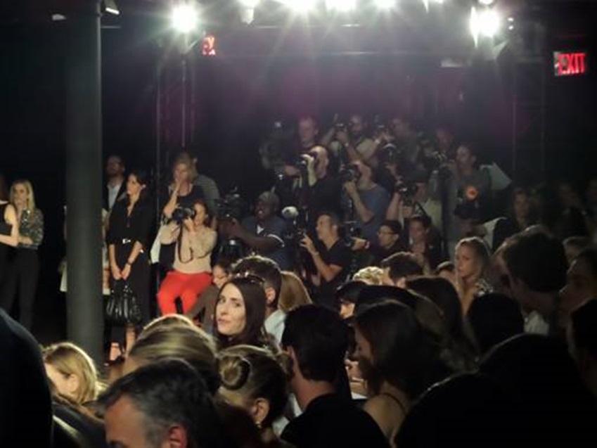 뉴욕패션위크에서 패션쇼를 보기 위해 있는 기자들입니다.