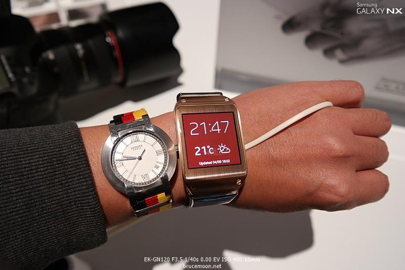 갤럭시 기어에 탑재된 시계 이미지입니다.