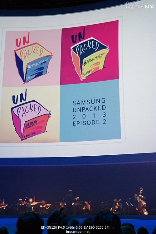 삼성 모바일 언팩 행사 시작전 클래식 연주가 진행된 이미지입니다.