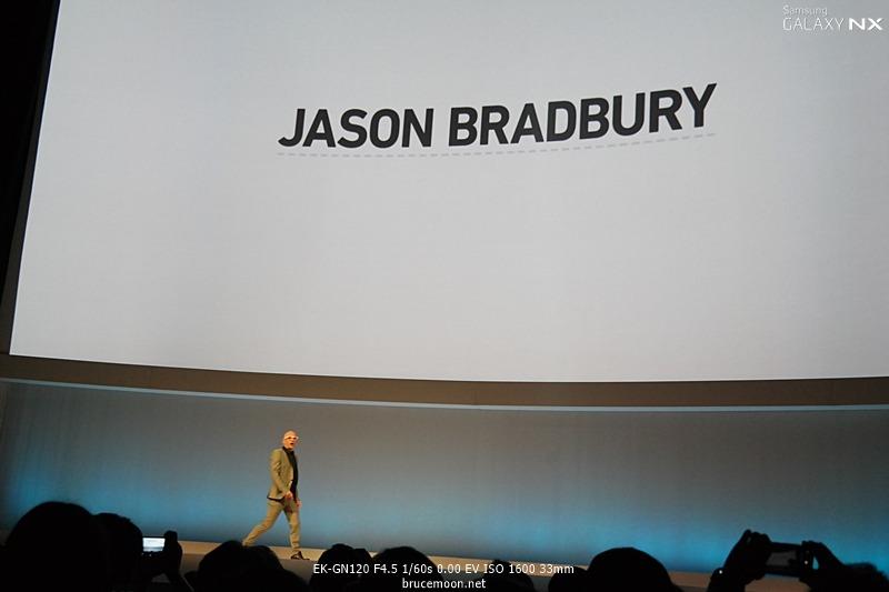 Jason Bradbury의 등장으로 시작된 삼성 언팩 2013 행사 이미지입니다.
