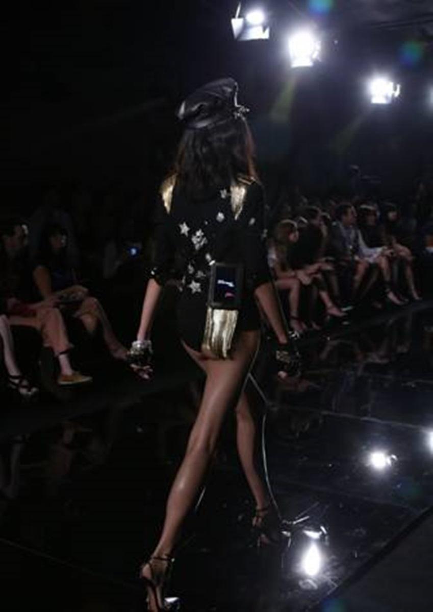 뉴욕패션위크에서 패션쇼를 하는 모델의 모습입니다.