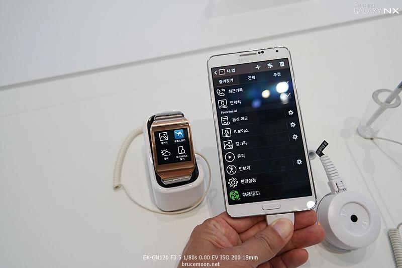 갤럭시 노트 3의 갤럭시 기어 매니저를 통해 갤럭시 기어의 앱을 관리하는 모습입니다.