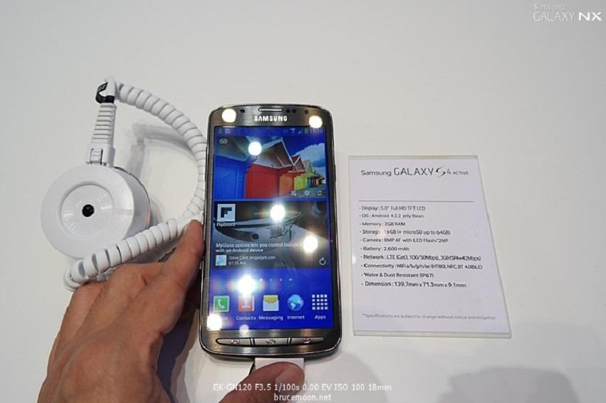 IFA2013에 전시된 삼성전자 갤럭시 S4 액티브입니다.
