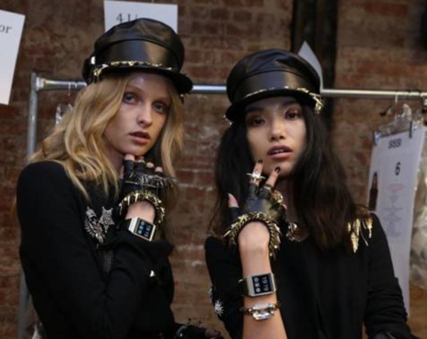갤럭시 기어를 착용하고 있는 뉴욕패션위크에 참가한 모델들입니다.