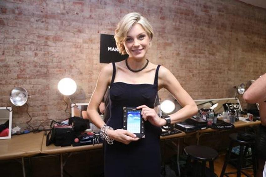 뉴욕 패션위크에 참여한 슈퍼모델 제시카 스탐이 갤럭시 노트 3를 들고 있습니다.