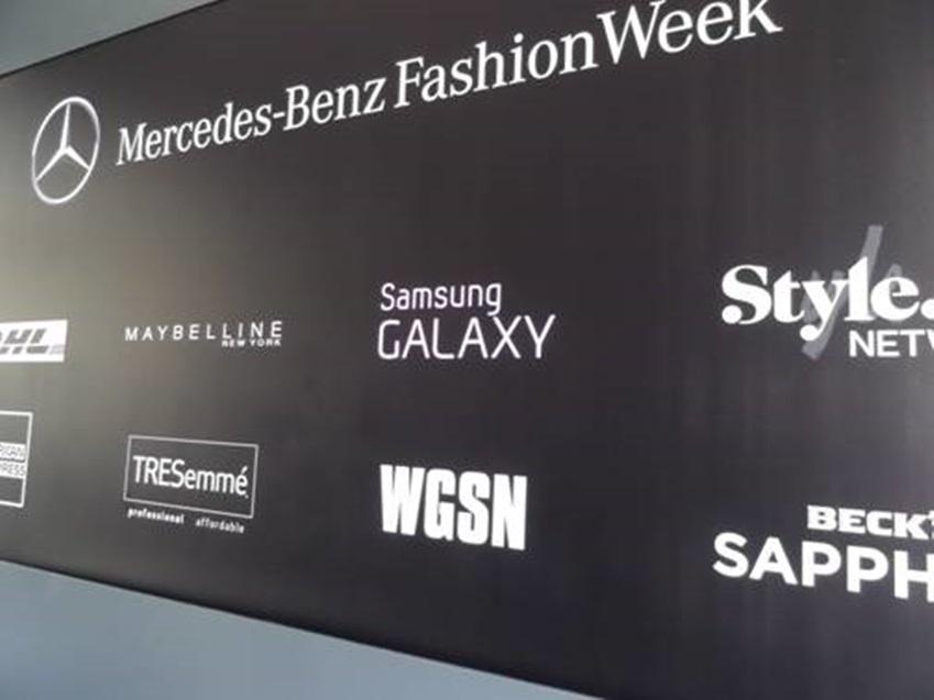 뉴욕패션위크를 후원한 회사들의 이름이 써져있는 벽입니다.