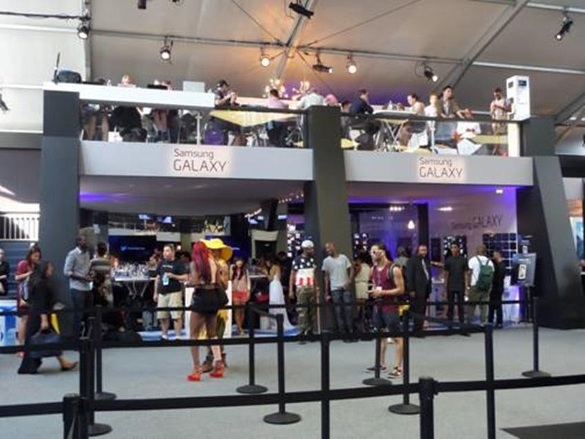 뉴욕패션위크의 삼성 갤럭시 라운지입니다. 사람들이 많이 와있습니다.