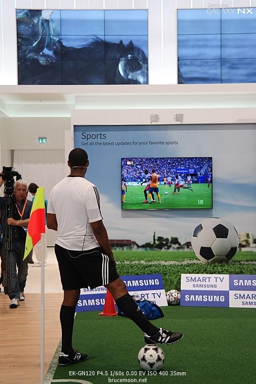 IFA2013의 삼성부스 컨셉입니다. 축구선수가 서 있습니다.